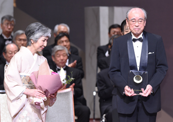Honorary Professor Suematsu and his wife Photo courtesy of the Japan Prize Foundation