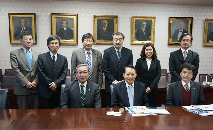 President Mishima(front row, left) and President Bandhit (front row, center)
