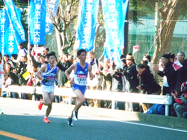 Matsui (left) giving his best in front of Tokyo Tech supporters