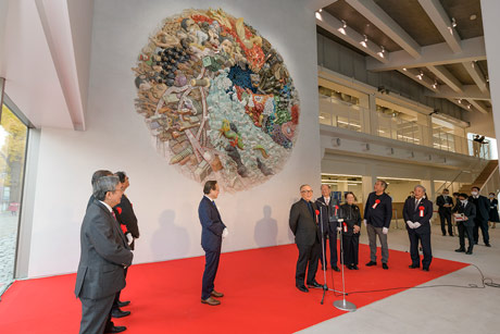 Artist Otomo (center) calling on staff of CREARE Atami-Yugawara Studio, the team who supported the creation of the piece, to come and view it in its new location