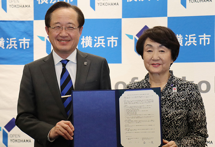City of Yokohama Mayor Fumiko Hayashi (right) with Tokyo Tech President Kazuya Masu