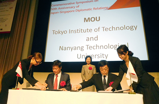 Signatories Tokyo Tech Executive Vice President for Education and International Affairs Toshio Maruyama (seated, right) and NTU Chief of Staff and Vice President (Research) Lam Khin Yong (seated, left)