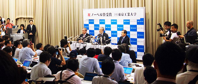 Ohsumi (center) answers question with President Mishima (left) and Executive Vice President for Research Ando (right)