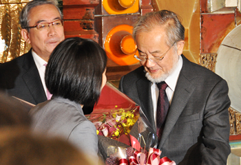 After traveling from Suzukakedai Campus to Ookayama Campus, Ohsumi receives flowers in celebration of the award of the 2016 Nobel Prize