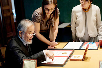 Ohsumi being informed about his Nobel diploma © Nobel Media AB 2016. Photo: Alexander Mahmoud