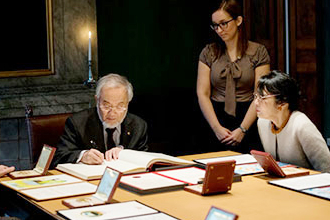 Ohsumi signing the Nobel Foundation's guest book that includes signatures of Nobel laureates since 1952 © Nobel Media AB 2016 Photo: Alexander Mahmoud