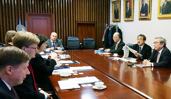 Permanent Secretary Lehikoinen (3rd from left) exchanging views with Tokyo Tech representatives