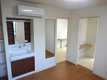 Common space with large shoe storage, washbasin, full-length mirror