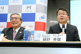 Hosono receives questions from reporters.(right)