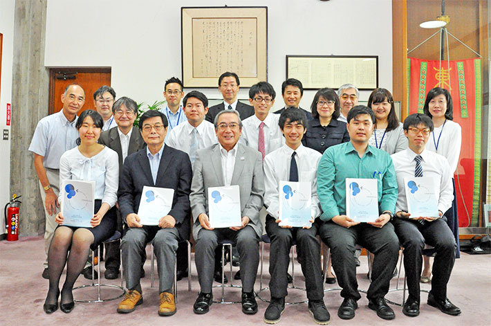 Student staff with President Mishima and Executive Vice President Maruyama