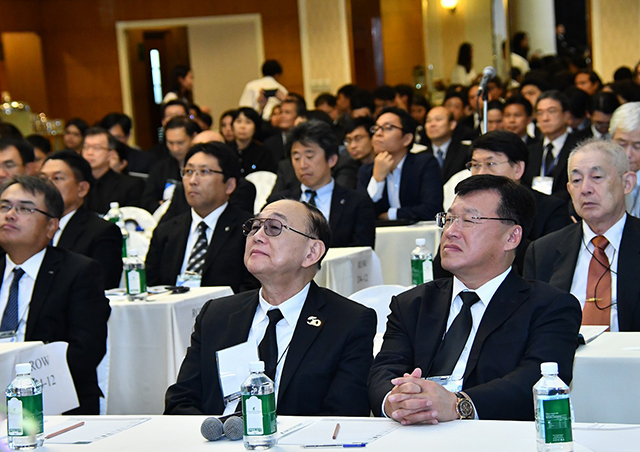 Tokyo Tech graduate Dr. Pailin Chuchottaworn (front right) and other audience members