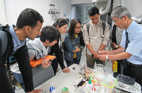 Visiting lab of Professor Katsunori Hanamura (right)