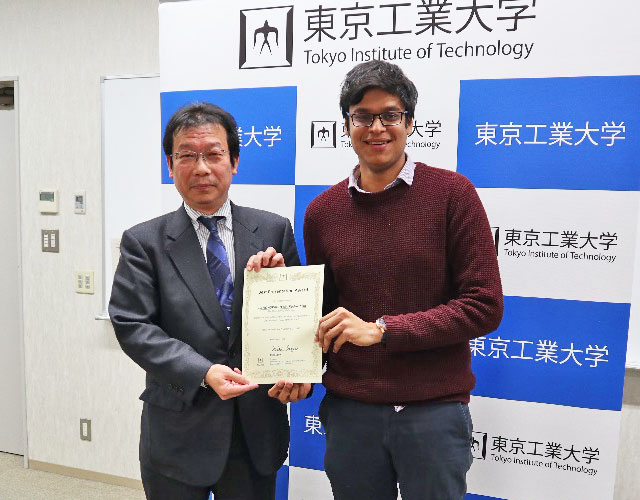 Student receives Best Presentation Award from Vice President for International Affairs Hidetoshi Sekiguchi