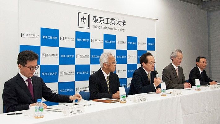 Masu (center) with Tokyo Tech executive vice presidents