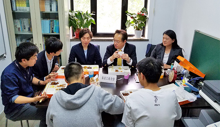 Tokyo Tech-Tsinghua University Joint Graduate Degree Program students sharing their aspirations with President Masu