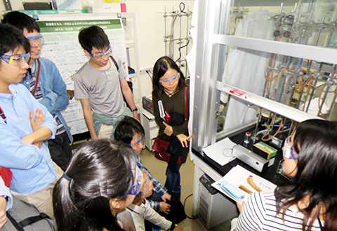 Visitors at Laboratory for Chemistry and Life Science