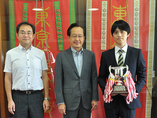 Ito (right) and Kendo Club mentor Assoc. Prof. Akira Kato (left) reporting victory to Tokyo Tech President Kazuya Masu