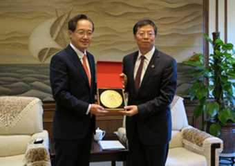 President Masu (left) with President Qiu of Tsinghua University