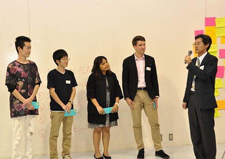 Tokyo Tech Vice President for Teaching and Learning Jun-Ichi Imura (right) awarding Team P.J the Tokyo Tech Award