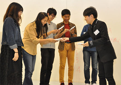 Members of Team FREE receiving the Kengo Kuma and Associates Award from Meijo (right)