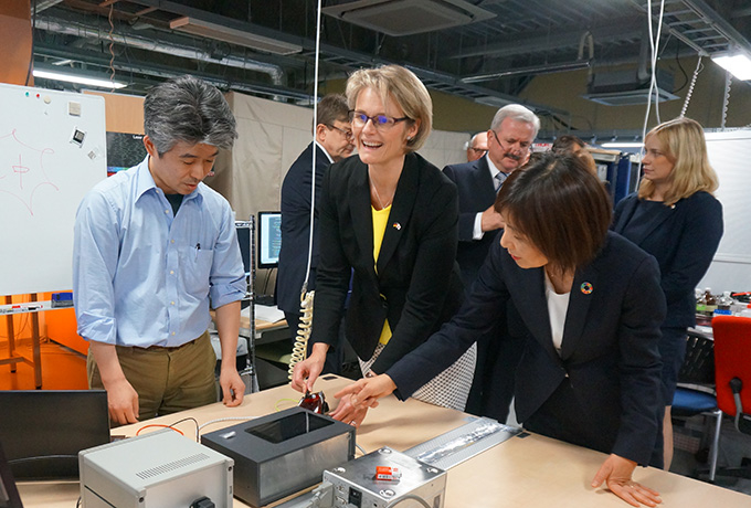 Hatano (far right) briefs Minister Karliczek (second from right) on solid-state quantum sensors