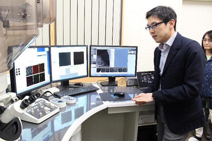 Associate Professor Imaoka explaining analytical data of one-nanometer clusters