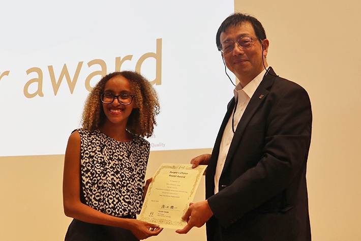 People's Choice Award winner Woldemichael (left) with Tokyo Tech Vice President for International Affairs Jun-ichi Takada
