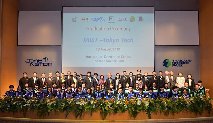 TAIST-Tokyo Tech graduates with faculty members