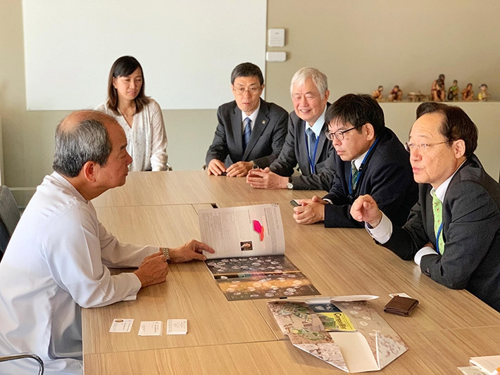 DLSU President Br. Suplido (left) briefed by Masu (lower right) on Tokyo Tech research activities