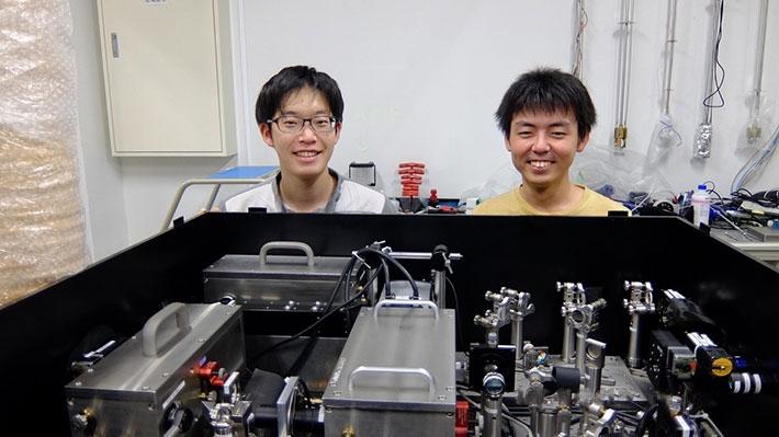 Cryo-fluorescence microscopy and the authors, Taku Furubayashi(left) and Keita Ishida (right)