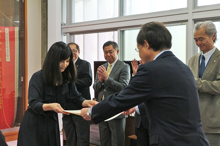 Watanabe (left) receiving AGL completion certificate from Masu