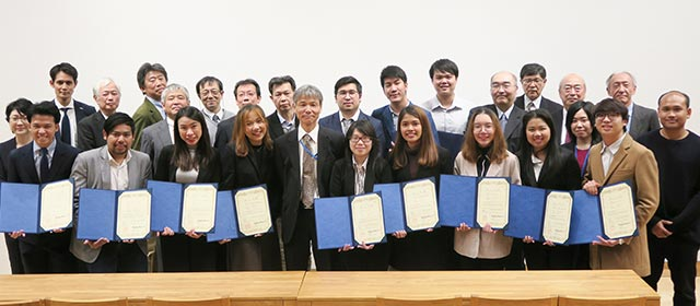 Participants, holding certificates of completion, with Tokyo Tech faculty and staff members and TAIST supporters