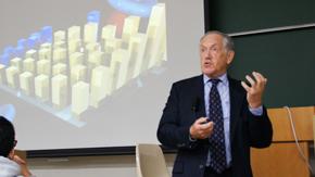 「アトキンス物理化学」の著者 ピーター・アトキンス教授が講演