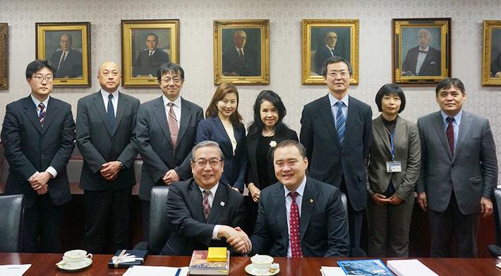 (前列左から)三島良直学長、L. ガントゥムル モンゴル教育科学大臣(後...  (前列左から)