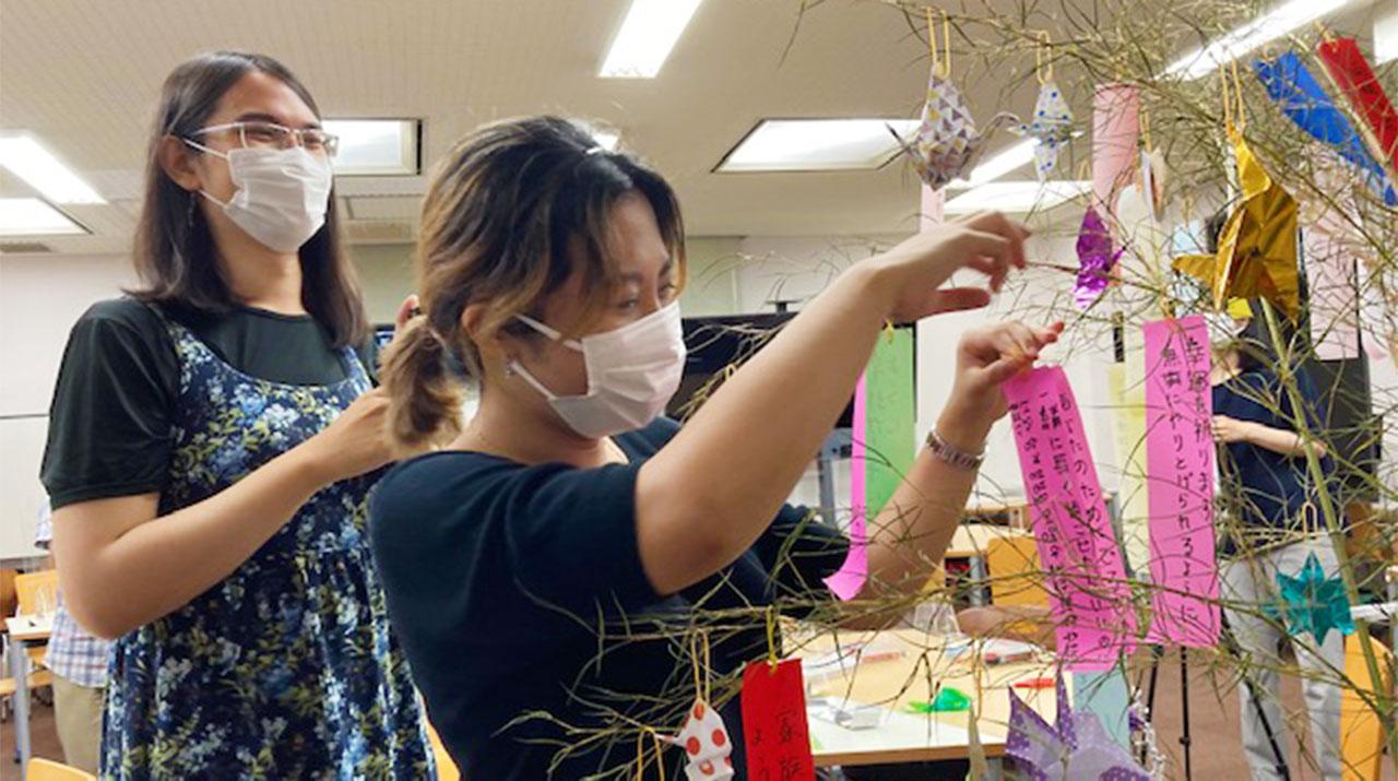 短冊と笹飾りで国際交流 留学生も楽しんだ七夕イベント