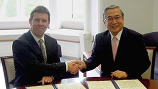 President Mishima signs exchange agreement with University of York