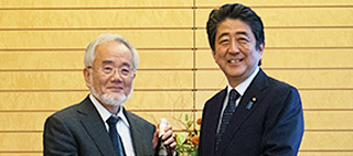Honorary Professor Yoshinori Ohsumi pays a courtesy call on Prime Minister Abe