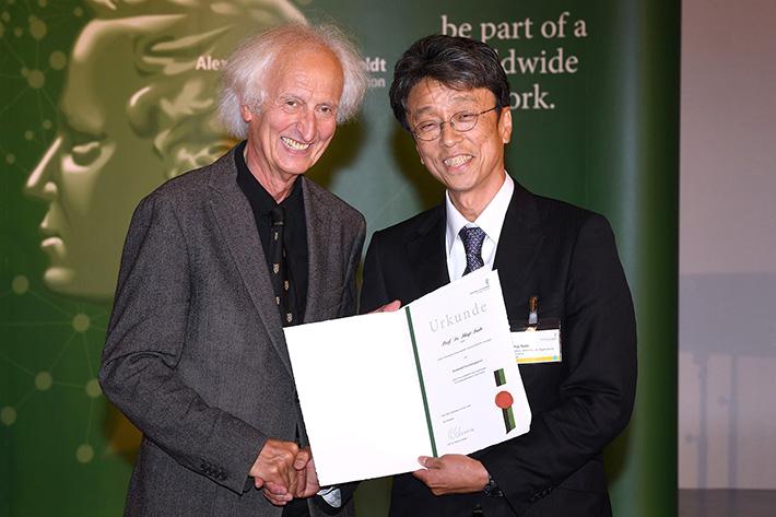 フンボルト財団会長ヘルムート・シュワルツ教授から賞状を授与された斎藤秀司教授