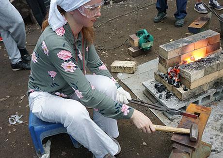 手作りの鍛冶炉でペーパーナイフづくり