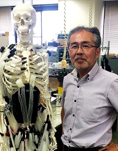 鈴森教授と人工筋肉を使った筋骨格ロボット